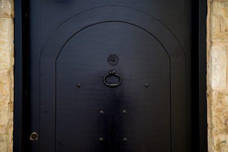 Тъмните входни врати – модни и практични
