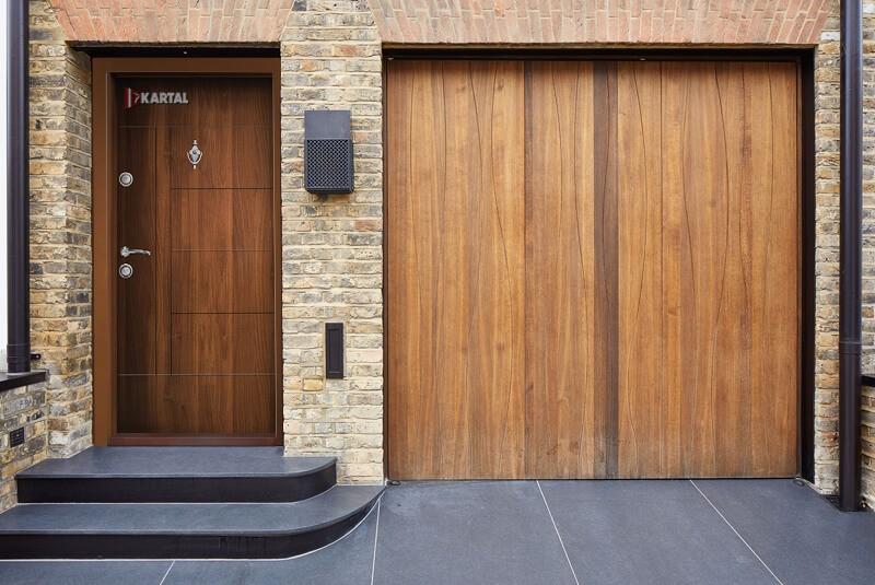 Блиндирана входна врата за къща с гараж