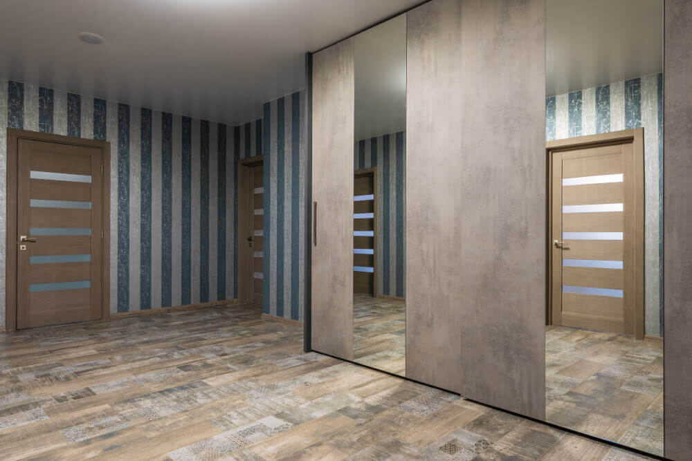 Интериорни врати със стъкла и гардероб